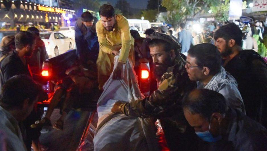 Estado Islámico se atribuye atentado junto al aeropuerto de Kabul; suman 60 los muertos