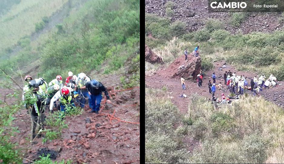 Cuatro jovencitos y dos adultos cayeron al interior del volcán Xitle; una mujer falleció