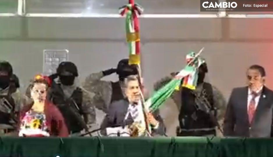 ¡Perro oso! Alcalde rompió el cordón de la campana, antes de dar el Grito en Cuautitlán (VIDEO)