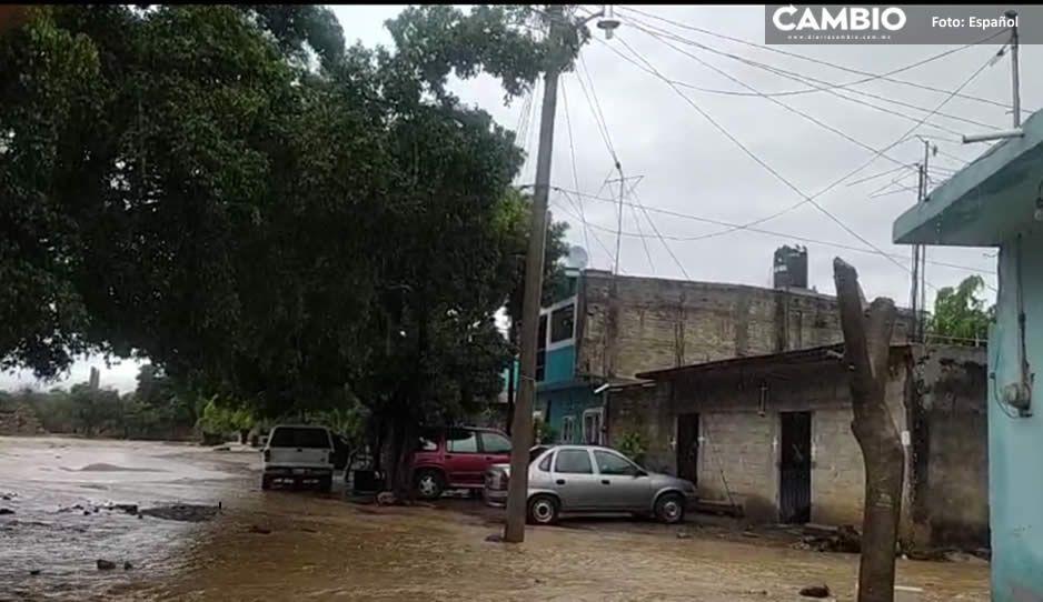 Sacan el agua a cubetazos; fuertes lluvias dejan inundaciones y daños en Izúcar (FOTO)