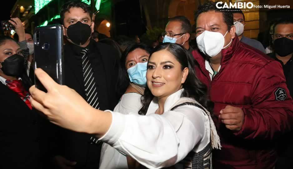 ¡Claudia gobernadora!, así le gritan sus acarreados a Rivera Vivanco en la Noche Mexicana (VIDEO)