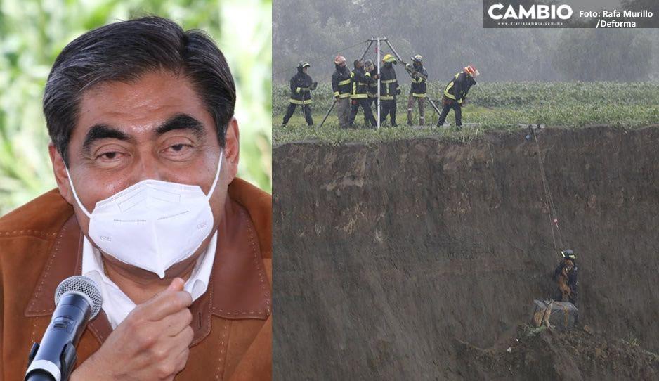 Barbosa reconoce maniobras de Protección Civil y bomberos para rescatar a perritos del socavón