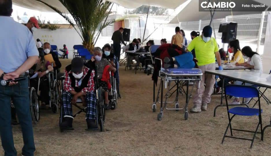 Tras cuatro horas de espera inicia el proceso de vacunación en Tlahuapan