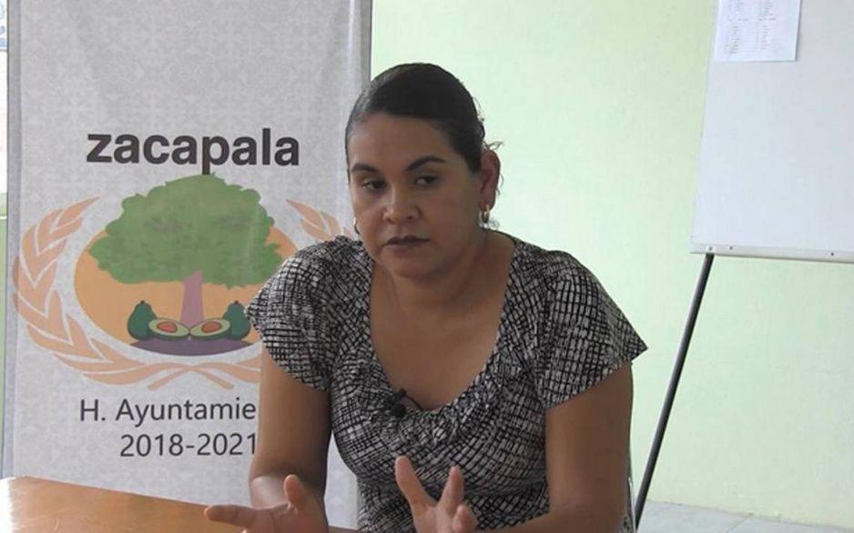 Alcaldesa de Zacapala forma a su joven esposo para vacunarse antes que los viejitos